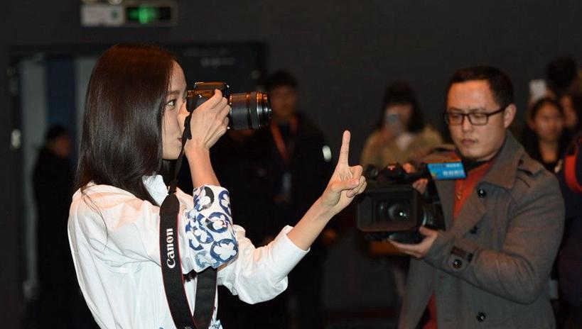 王珞丹杭州宣传《消失爱人》 现场当起摄影师