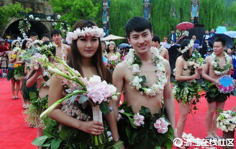杭州90后情侣雨中裸婚 这样的裸婚太吃力!