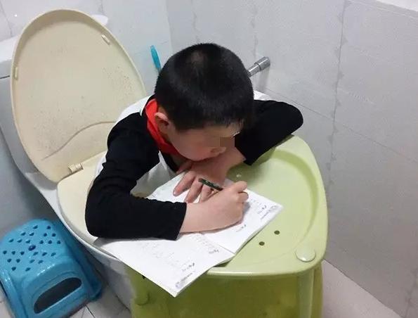 杭州一位爸爸拍的照片笑晕朋友圈:小朋友你是多爱学习