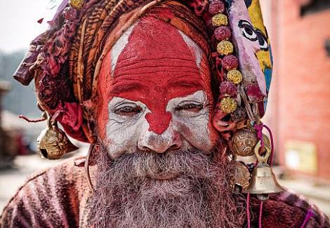 """尼泊尔""""活死人""""脸部涂满颜料被奉为圣人"""