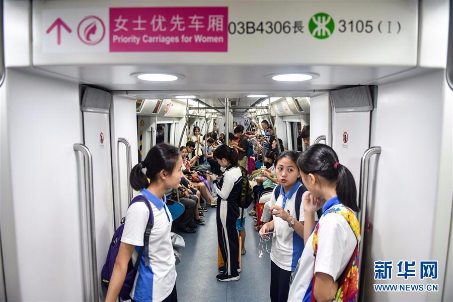 6月26日,乘客在深圳地铁3号线列车的女士优先车厢内。   当日起,深圳地铁试行设置女士优先车厢。据介绍,地铁运营期间,深圳地铁1、3、4、5号线双方向列车的第一节和最后一节车厢设为女士优先车厢,优先供女性乘客使用,其他车厢则作为普通车厢使用。 新华社记者 毛思倩 摄