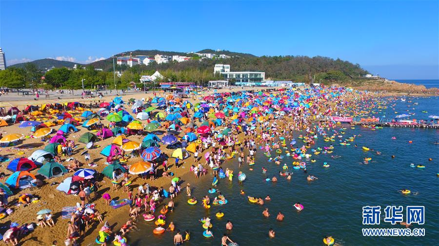 大连付家庄海滨浴场迎来游客高峰