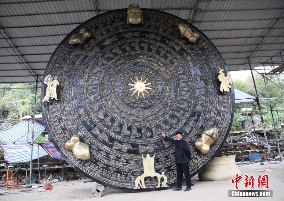 """广西铸造""""世界最大铜鼓"""" 直径近7米重50吨"""