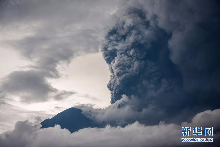 印尼巴厘岛火山喷发