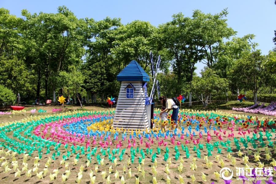 柱子 摄)4月30日,杭州阳光灿烂,皋亭山风景区千桃园内,色彩缤纷的风车