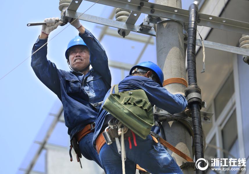 高温一线   衢州:烈日下的电力铁军