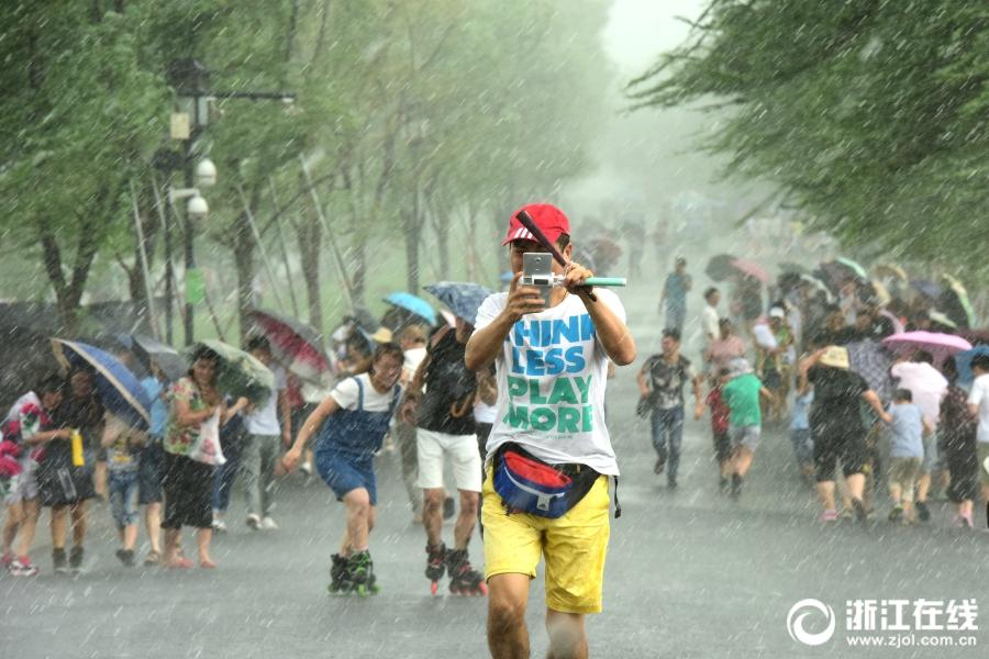 杭州:午后西湖突降阵雨