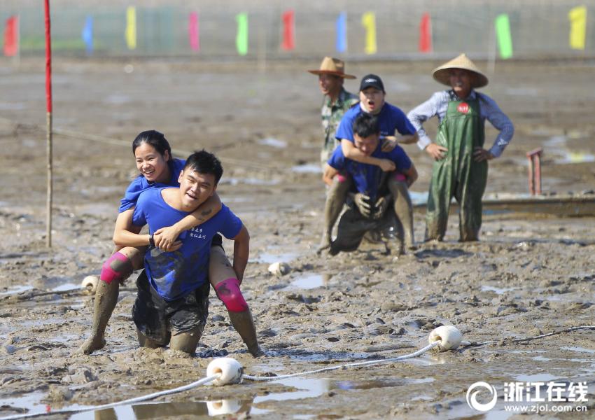 温州:泥中欢乐竞技 尽享赶海乐趣