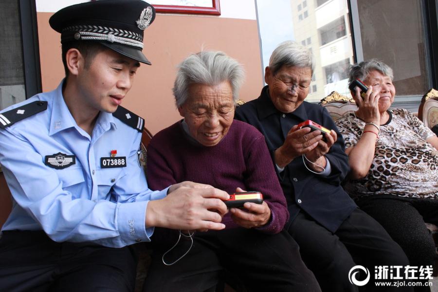 台州:喜迎十九大 收音机送老人