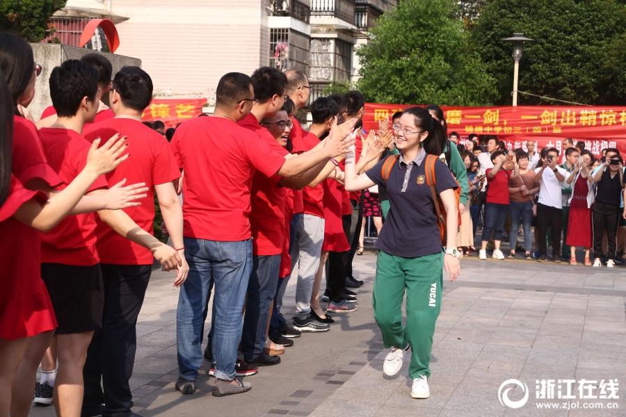 玫瑰、红衣、击掌拥抱…… 杭州中考点燃青春