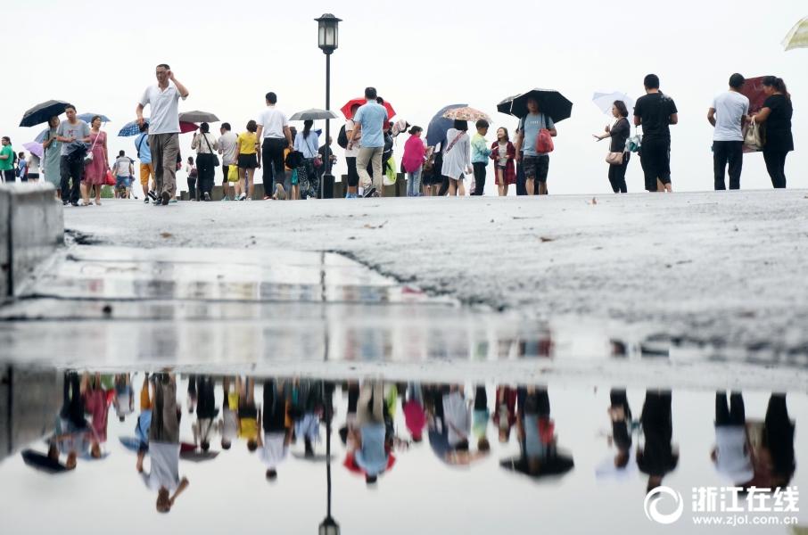 入梅了  雨西湖游客游兴不减