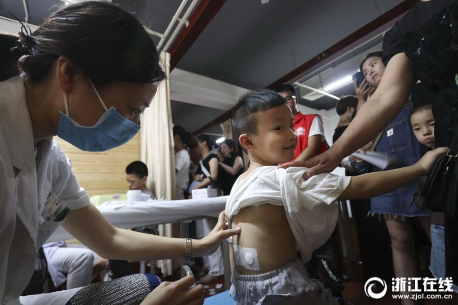 温州:入伏第一天 孩童敷贴忙