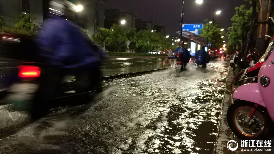 电闪雷鸣 杭城突降暴雨