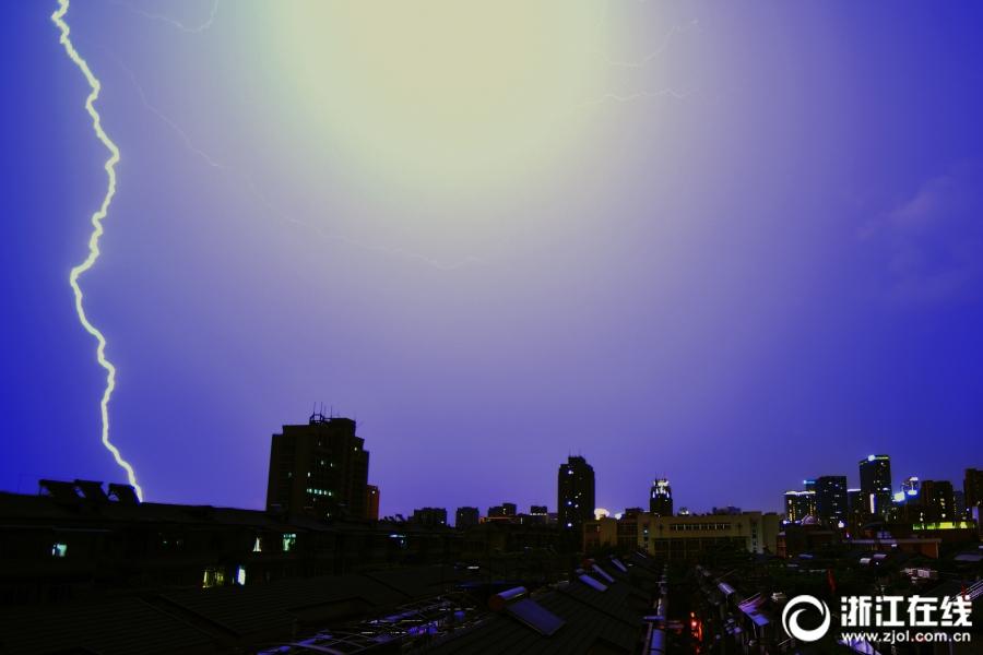 杭州:电闪雷鸣七夕夜